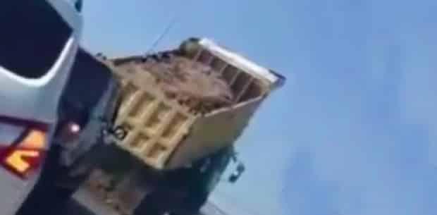Kaçmak İçin Yola Hafriyat Döken Kamyon Şoförü [Video]