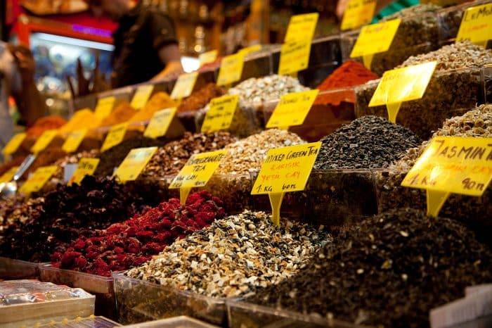 tea in the istanbul turkey spice market H8YRCJ 1